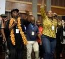 Lachende und tanzende südafrikanische Kinder auf der Bühne inspirieren die Delegierten