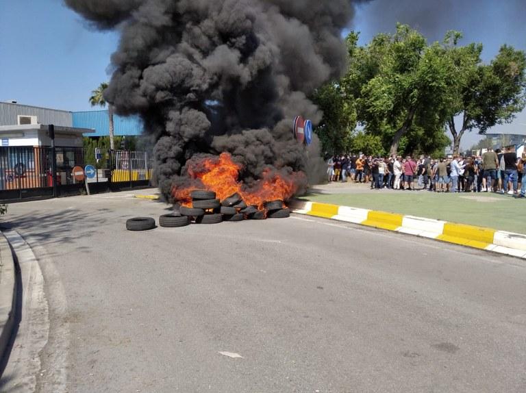 200528 Nissan Barcelona Brennende Reifen am Werkstor nach Ankuendigung der WerksschliessungEZGlYF4XYAI-h5S.jpeg